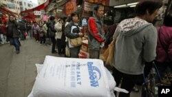 Para pelanggan antre di luar sebuah toko di Hong Kong untuk membeli garam, yang dipercaya dapat melindungi mereka dari radiasi. (Foto: Dok)