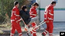 Des éléments de la Croix-Rouge transportent un rescapé du tremblement de terre à Pescara Del Tronto, Italie, 26 août 2016.