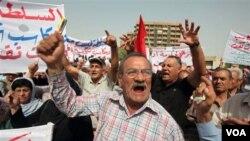 Para demonstran melakukan unjuk rasa di lapangan Firdos, pusat kota Baghdad hari ini.