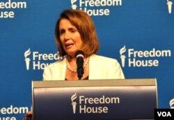 2017年4月27日,美国国会众议院少数党领袖南希·佩洛西获颁自由之家领导力奖,发表得奖感言。(美国之音扬之初拍摄)