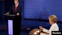 共和党总统候选人川普与民主党总统候选人希拉里在总统第三场辩论上(2016年10月19日)