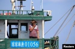 Seorang nelayan China di kapal ikan China di kawasan Karang Scarborough, 6 April 2017. (Foto: Reuters)