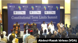 Le président nigérien Issoufou Mahamadou et les cinq anciens présidents à l'ouverture du forum à Niamey, le 2 octobre 2019 (VOA/Abdoul-Razak Idrissa).