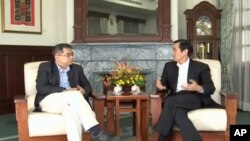 马英九(右)和文化评论家杨照在交谈