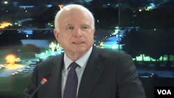 سناتور جان میکن اریکایي عسکرو رسه د جولای د څلورمې د امریکا د خپلواکۍ د ورځې د تیرولو لپاره افغانستان ته سفر کړی دی.
