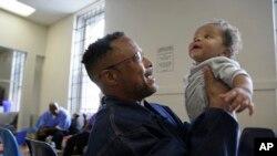 Seorang ayah merayakan Hari Ayah di AS.