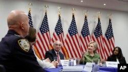 Kandidat presiden AS dari Partai Demokrat, Hillary Clinton, bertemu dengan para pemimpin lembaga-lembaga penegakan hukum di New York (18/8). (AP/Carolyn Kaster)