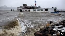 Sebuah kapal ferry hanyut di Sungai Hudson, di Edgewater, New Jersey akibat angin kencang badai Sandy yang melanda pantai Timur AS (29/10).