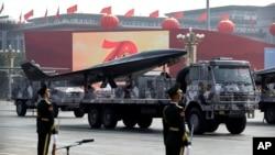 Sebuah truk militer China membawa misil nuklir dalam parade peringatan 70 Tahun Partai Komunis China di Beijing, 1 Oktober 2019.