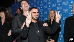 El actor Jim Carrey celebra junto al músico Ringo Starr el premio de una Vida de Paz y Amor.