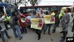 Los partidarios del miembro del partido político de las FARC Jesús Santrich, se manifiestan frente a la prisión colombiana 'La Picota', donde Santrich espera ser liberado.