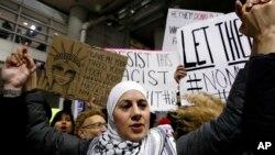 Người biểu tình phản đối lệnh cấm nhập cảnh vào Mỹ của Tổng thống Donald Trump tại sân bay O'Hare, Chicago, ngày 29/1/2017.