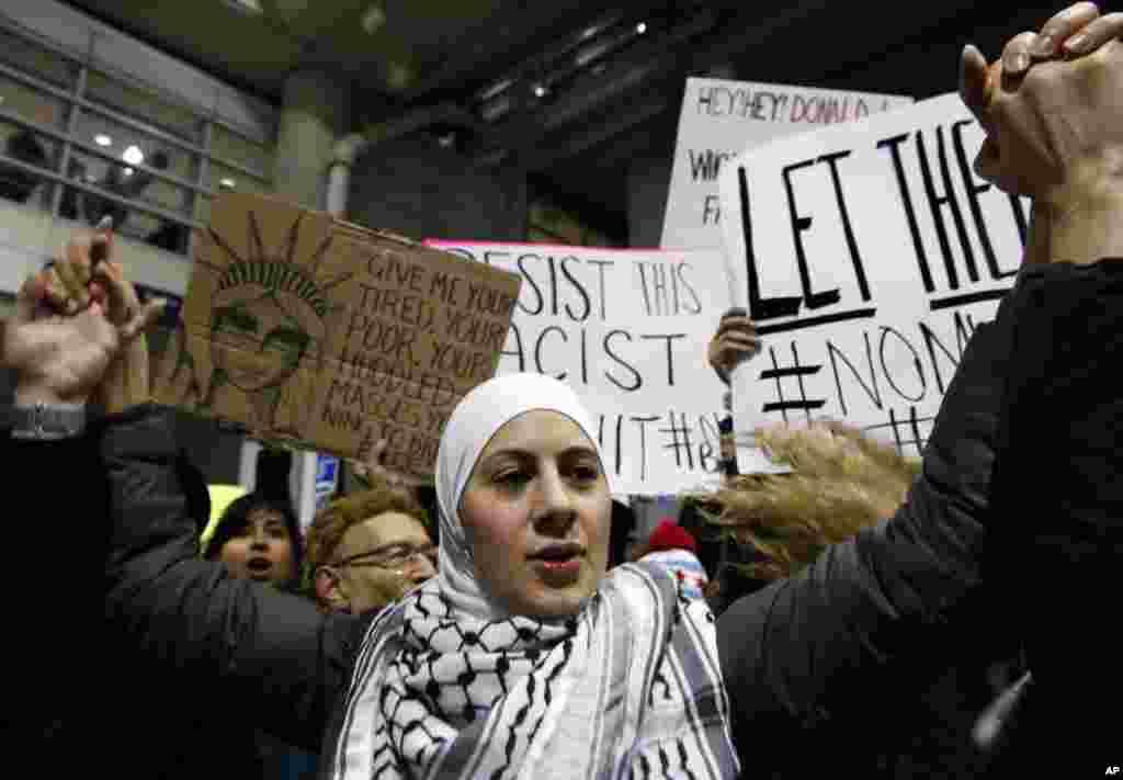 شکاگو ائیرپورٹ کے باہر مظاہرے کا ایک منظر۔