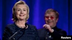 Hillary Clinton recibe el premio de la Fundación Elton John por su labor en la lucha contra el SIDA.