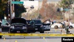 Cảnh sát điều tra hiện trường quanh khu vực nơi chiếc SUV của hai nghi can bị bắn nát tại San Bernardino, California, ngày 3/12/2015.