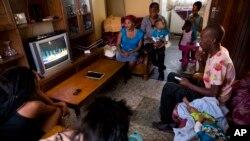 다함께 텔레비전을 시청하는 가족. (자료사진)