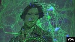 '이산가족'을 주제로 한 한국 설치미술가 이은숙 작가의 작품이 미국 버지니아주 알렉산드리아 시 '토피도 팩토리 아트센터'에 전시되었다. 촬영 = VOA 소병화 기자.