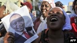 5일 국제형사재판소가 우후루 케냐타 케냐 대통령에 대한 재판을 철회한다고 발표한 5일 케냐 나이로비에서 케냐타 대통령 지지자들이 기뻐하고 있다.