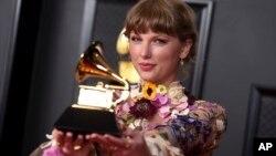 Taylor Swift pose avec son Grammy award à Los Angeles le 14 mars 2021.