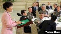 박근혜 한국 대통령이 16일 청와대 영빈관에서 열린 전군 주요지휘관 오찬에서 인사말을 하고 있다.