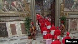 115 Hồng y bước vào nhà nguyện Sistine ở Vatican, biệt lập với bên ngoài cho đến khi bầu ra được một vị giáo hoàng mới.