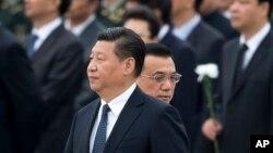 지난달 30일 중국 베이징 톈안먼 광장에서 열린 '열사 기념식' 행사에 참석한 시진핑 중국 국가 주석. 그 뒤로 리커창 총리가 지나가고 있다. (자료사진)