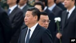 中国主席习近平和总理李克强抵达在北京的人民英雄纪念碑,参加向烈士致敬的仪式(2014年9月30日)