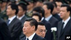 中国总理李克强(右)在2014年9月20日与中国国家主席习近平在天安门广场人民烈士纪念碑前面。