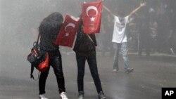 Des jeunes manifestants à Ankara le 3 juin 2003.