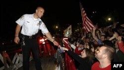 Velika grupa ljudi sinoć je proslavljala vest o smrti vođe Al-Kaide ispred bele kuće u Vašingtonu