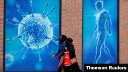 ایک نئی سائنسی تحقیق سے ظاہر ہوا ہے کہ فضا میں تیرتے ہوئے ایسے ننھے آبی قطرے، جو وائرس کو ایک فرد سے دوسرے فرد تک پہنچانے کا سبب بنتے ہیں، چھ فٹ سے زیادہ فاصلہ بھی طے کر سکتے ہیں۔ (فائل فوٹو)