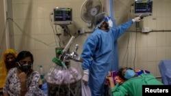 Para pasien COVID-19 sedang mendapat perawatan di Rumah Sakit Nayak Jai Prakash, di tengah lonjakan kasus di New Delhi, India, 15 April 2021.