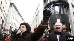 Brüksel'de Yunan Büyükelçiliği önünde kemer sıkma önlemlerini protesto eden Yunanlılar