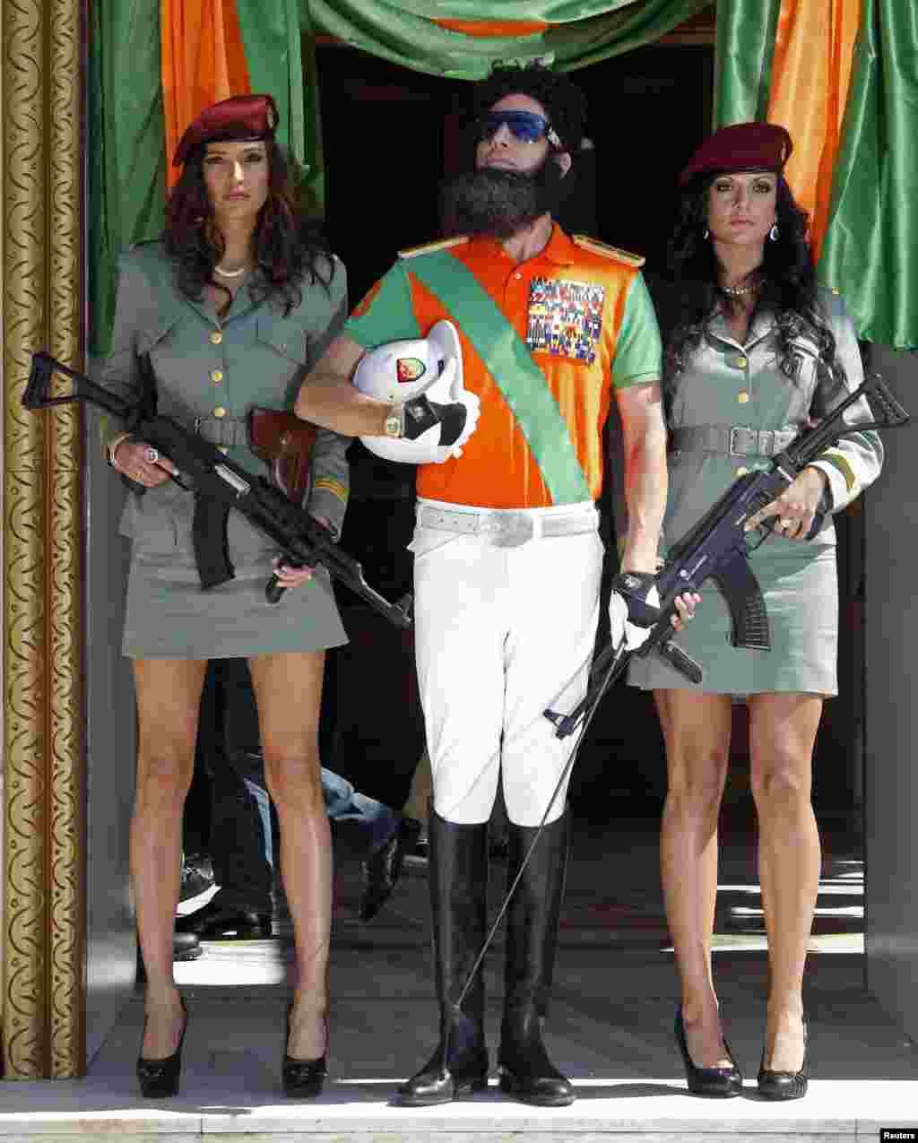 Sacha Baron Cohen acompañado de dos soladadas al estilo de las concubinas de Muamar al Gadaffi