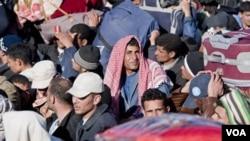 Para pengungsi yang menghindari kekerasan di Libya terlihat di Ras Ajdir, wilayah perbatasan Tunisia dan Libya.