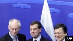 Слева направо: президент Европейского союза Херман ван Ромпей, президент РФ Дмитрий Медведев и президент Европейской комиссии Жозе Мануэль Баррозу. Брюссель. 7 декабря 2010 года