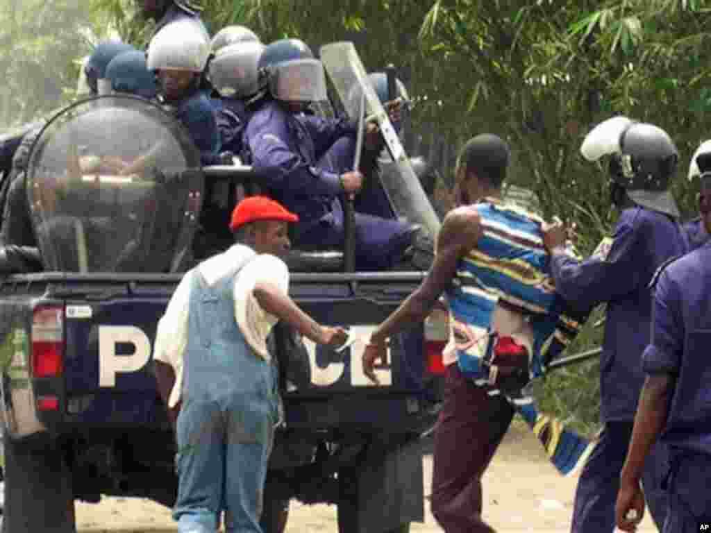 La police congolaise arrête un homme lors d'une opération à Kinshasa. (AP Photo / John Bompengo)