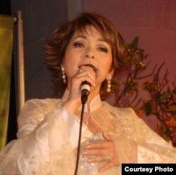 Ái Vân trong một lần diễn trên sân khấu ở California (ảnh Bùi Văn Phú)