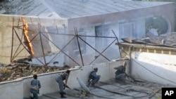 阿富汗警察八月份抗擊自殺襲擊者的場面(資料圖片)