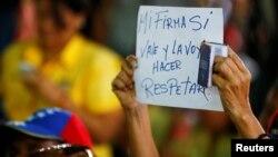 Un manifestante reclama respeto por su firma a favor del referendo revocatorio.