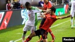 Pemain Nigeria Imoh Ezekiel (8) dan pemain Meksiko Rafael Marquez (4) saat berlaga di Georgia Dome (5/3).