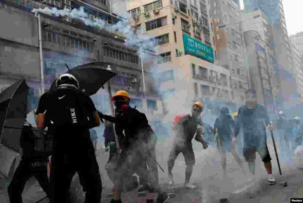 香港抗议者星期六(8-24-2019)向警方仍回一枚催泪弹。路透社