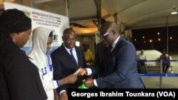Remise de kits aux migrants à leur arrivée à Abidjan, le 20 novembre 2017. (VOA/Georges Ibrahim Tounkara)