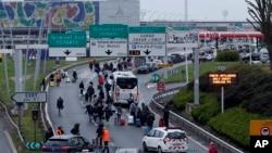 枪击发生后旅客紧急疏散