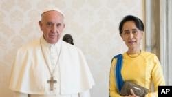 Paus Fransiskus bersama pemimpin Myanmar Aung San Suu Kyi di Vatican, 4 Mei 2017.