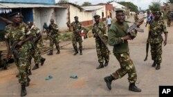 Des soldats dispersent la foule à Bujumbura, le 7 mai 2015. (AP Photo/Jerome Delay)