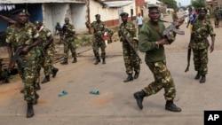 Des soldats dispersent la foule à Bujumbura, le 7 mai 2015. (AP Photo/Jerome Delay)