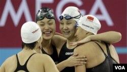 Tim renang putri Tiongkok merayakan rekor dunia baru yang dicetak dalam nomor 4x200 meter gaya bebas dalam kejuaraan dunia kolam pendek FINA di Dubai hari Rabu (15/12).
