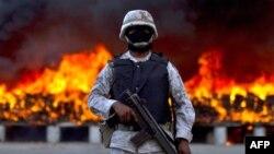 Hình minh họa: Một người lính bảo vệ hiện trường tiêu hủy cần sa ở Tijuana, Mexico.