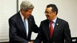 5月25日,美國國務卿克里(左)訪問埃塞俄比亞﹐在亞的斯亞貝巴和埃塞俄比亞外交部長出席聯合記者招待會時握手。